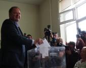 """Председателят на БСП Михаил Миков даде своя глас на парламентарните избори в столичното 41 ОУ """"Патриарх Евтимий"""" - 5 октомври 2014 г."""