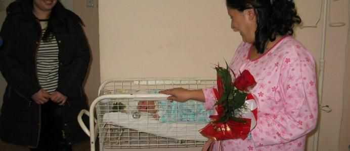 Новородените Александър и Богомил получиха подаръци от Михаил Миков - 21 януари, Бабин ден.